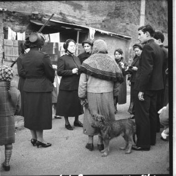fv00041750-gruppo-di-soldatesse-dellesercito-della-salvezza-parla-con-gli-abitanti-di-un-quartiere-povero-della-capitale-03-02-1957