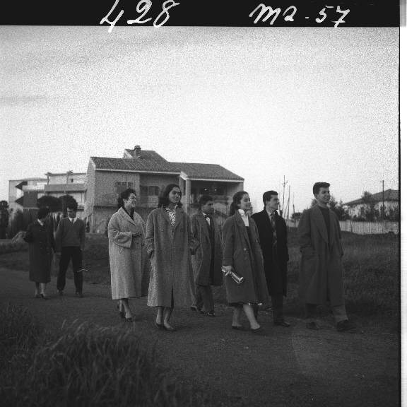fv00042989-giovani-ad-una-festa-in-un-appartamento-con-la-scritta-club-di-james-dean-05-02-1957