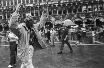 0pittore Vedova contesta la polizia alla Biennale di Venezia del 1968- foto Berengo Gardin_2315_34637