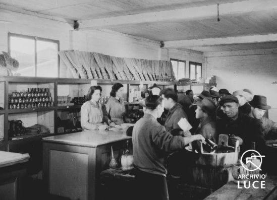 archivio-storico-luce-reparto-attualitc3a0-servizio-fotografico-22padova-stabilimenti-snia-e-stanga-e28093-lo-spaccio-la-mensa-il-consiglio-di-fabbrica22-padova-9-marzo-1945-a001698