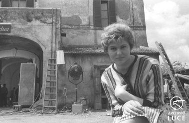 Gina Rovere seduta in un esterno durante le riprese del film 'Adua e le sue compagne' - piano medio - Personaggio: Pietrangeli, Antonio Rovere, Gina Riva, Emmanuelle Signoret, Simone