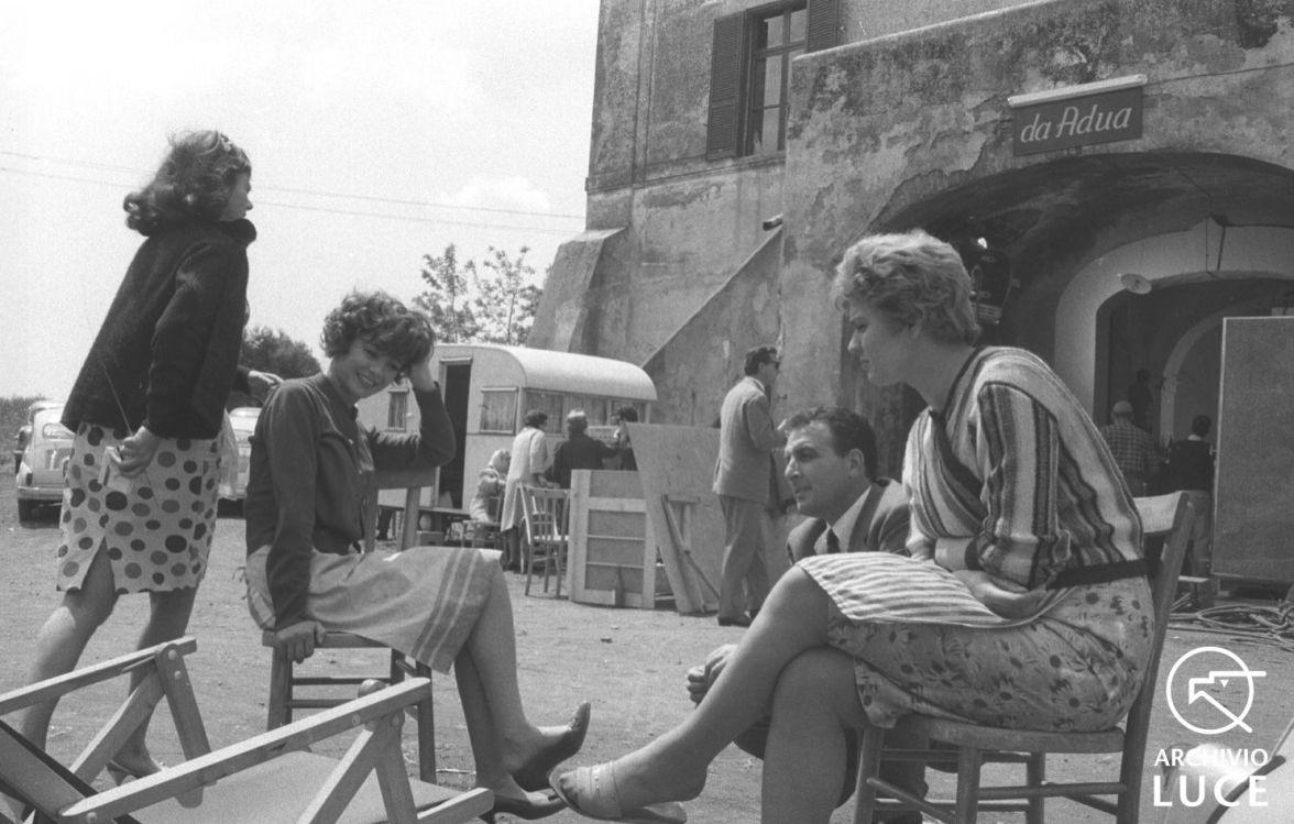 Gina Rovere ed Emmanuele Riva sedute, in un esterno, durante le riprese del film 'Adua e le sue compagne' - totale - Personaggio: Pietrangeli, Antonio Rovere, Gina Riva, Emmanuelle Signoret, Simone
