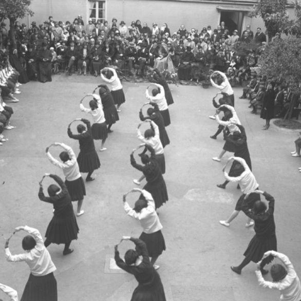 """Archivio Luce, Reparto Attualità, servizio fotografico n. 415 del 12.05.1930, """"Saggio ginnico di ragazze in divisa nel cortile del Conservatorio della Divina Provvidenza in via Ripetta"""""""