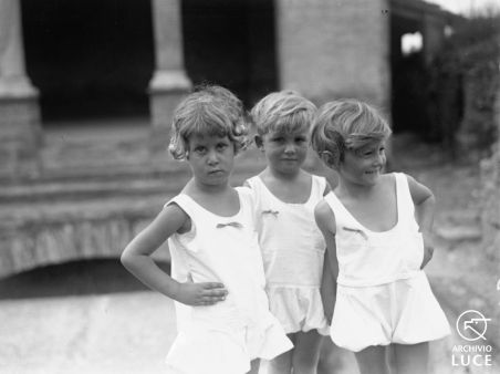 """Archivio Luce, Reparto Attualità, servizio fotografico n. 725 del 16.09.1930, """"Tre bambine della colonia elioterapica E. Toti riprese nei pressi del sepolcro dei Valeri lungo l'antica via Latina"""""""