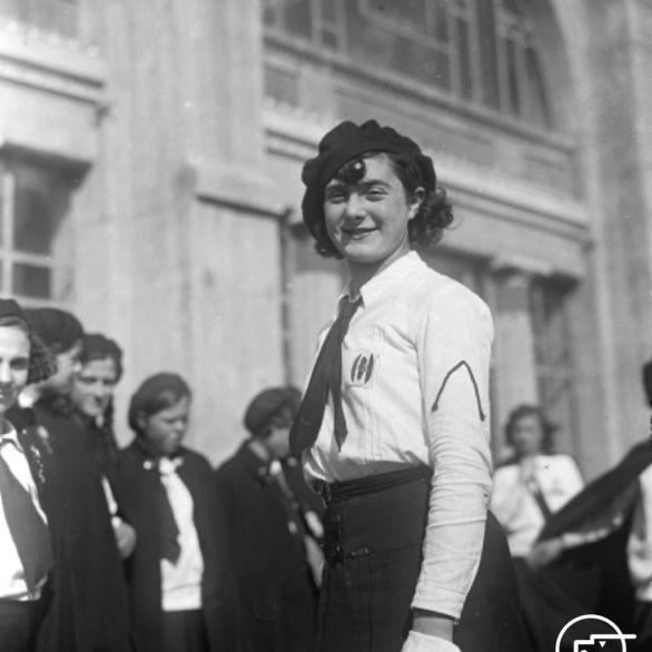 """Archivio Luce, Reparto Attualità, servizio fotografico n. 138 del 29.03.1932, """"Ritratto di una giovane italiana della provincia di Bolzano in visita ad Ostia"""""""