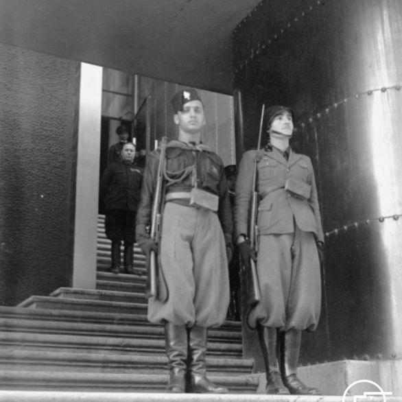 """Archivio Luce, Reparto Attualità, servizio fotografico n. 650 del 03.10.1933, """"Un giovane fascista e un milite sulle scalinate del palazzo delle Esposizioni montano la guardia alla Mostra della rivoluzione fascista"""""""
