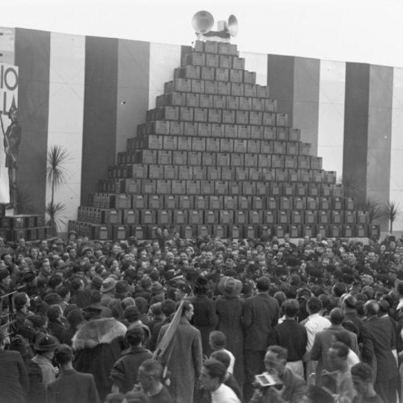 """Archivio Luce, Reparto Attualità, servizio fotografico n. 399 del 31.10.1936, """"Visita del Duce agli stabilimenti della C.G.E.; la folla dei dipendenti gli si accalca intorno nascondendolo"""""""