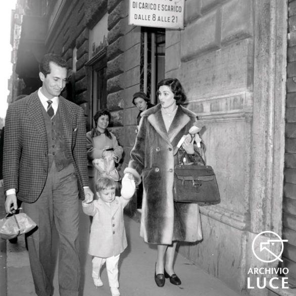 Lucia Bosè a passeggio con Dominguin ed il figlio Miguel