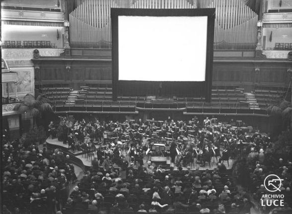 """Fig. 8. Archivio Luce, Reparto Attualità, servizio fotografico n. 795 del 28 ottobre 1930, """"Roma - Supercinema proiezione del film anno VIII°"""""""