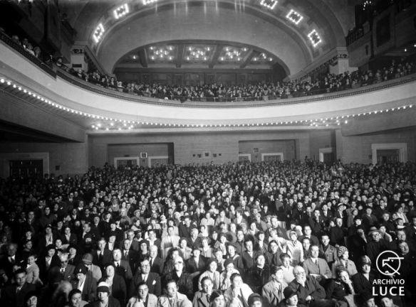 """Fig. 7. Archivio Luce, Reparto Attualità, servizio fotografico n. 1051 del 26 ottobre 1929, """"VII° annuale Marcia su Roma proiezione film anno VII° all'Augusteo"""""""