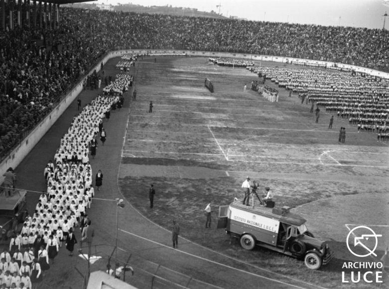 Fig. 4. Archivio Luce, Reparto Attualità, servizio fotografico n. 380 del 4 giugno 1931, Saggio gin-nico delle forze giovanili fasciste allo Stadio del P.N.F. alla presenza di Mussolini