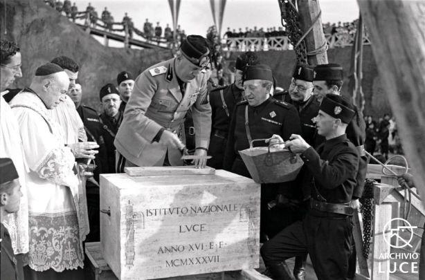 Fig. 18. Archivio Luce, Reparto Attualità, servizio fotografico n. 509 del 10 novembre 1937, Mussolini posa la prima pietra della nuova sede dell'Istituto Nazionale Luce al Quadraro